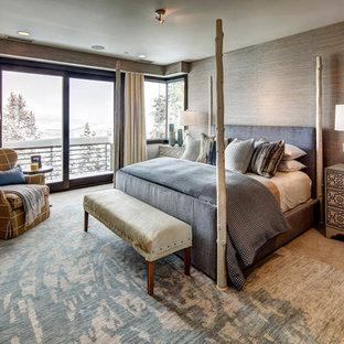 ソルトレイクシティの広いコンテンポラリースタイルのおしゃれな主寝室 (カーペット敷き、両方向型暖炉、金属の暖炉まわり、茶色い床、茶色い壁) のインテリア
