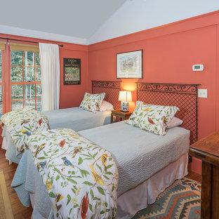 アトランタのカントリー風おしゃれな寝室 (オレンジの壁、無垢フローリング)