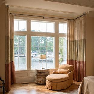 Ispirazione per una grande camera matrimoniale design con pareti arancioni, pavimento in legno massello medio e nessun camino