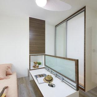 Idee per una camera degli ospiti moderna di medie dimensioni con pareti bianche e pavimento in compensato