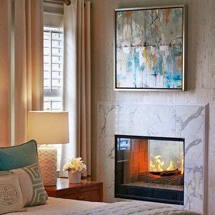 Foto de habitación de invitados tradicional renovada, grande, con chimenea de doble cara y paredes blancas