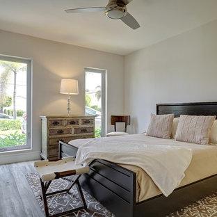 Imagen de habitación de invitados actual, grande, con paredes grises y suelo de baldosas de porcelana