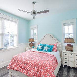 Diseño de dormitorio exótico con paredes azules y suelo gris