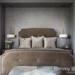 Modelo de dormitorio principal, tradicional renovado, grande, con paredes grises, suelo de madera oscura, chimenea de doble cara, marco de chimenea de baldosas y/o azulejos y suelo marrón