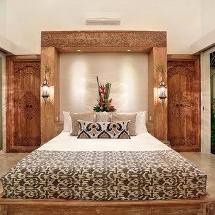 Ejemplo de dormitorio principal, tropical, de tamaño medio, con paredes blancas y suelo de mármol