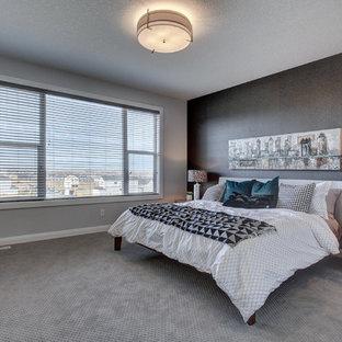 Foto de dormitorio principal, minimalista, grande, con paredes multicolor, moqueta y suelo gris