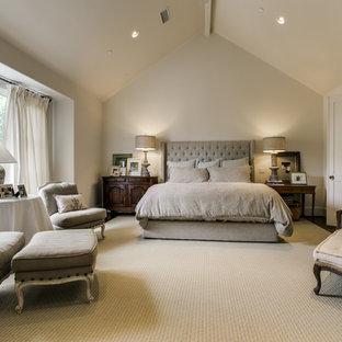 Неиссякаемый источник вдохновения для домашнего уюта: огромная хозяйская спальня в классическом стиле с белыми стенами и паркетным полом среднего тона
