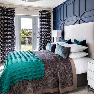 Modelo de dormitorio principal, clásico renovado, sin chimenea, con moqueta, suelo gris y paredes azules