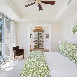 Foto de habitación de invitados exótica, de tamaño medio, sin chimenea, con paredes blancas, moqueta y suelo blanco