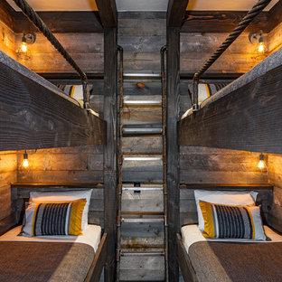 Ejemplo de dormitorio rústico, pequeño, sin chimenea, con paredes marrones