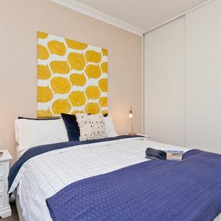 Пример оригинального дизайна: маленькая спальня в современном стиле с коричневыми стенами, ковровым покрытием и коричневым полом