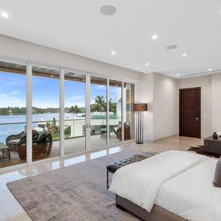 Imagen de dormitorio principal, minimalista, grande, con paredes grises, suelo de travertino y suelo gris