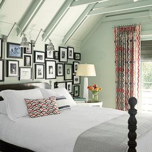 Ejemplo de habitación de invitados marinera, pequeña, sin chimenea, con paredes verdes y suelo de madera en tonos medios