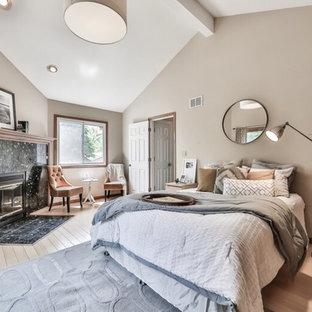 シカゴの中サイズのコンテンポラリースタイルのおしゃれな主寝室 (ベージュの壁、淡色無垢フローリング、コーナー設置型暖炉、石材の暖炉まわり) のレイアウト