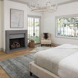 Свежая идея для дизайна: большая хозяйская спальня в стиле кантри с белыми стенами, светлым паркетным полом, стандартным камином и фасадом камина из бетона - отличное фото интерьера