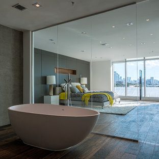 Свежая идея для дизайна: хозяйская спальня в современном стиле с темным паркетным полом - отличное фото интерьера