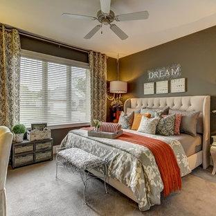 Ejemplo de dormitorio principal, clásico, con paredes grises y moqueta