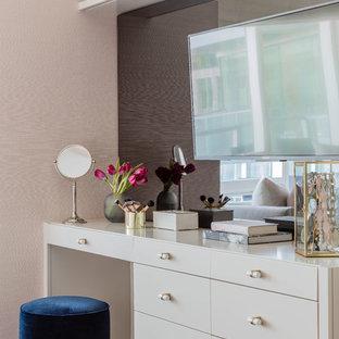 Diseño de dormitorio principal, contemporáneo, de tamaño medio, con paredes rosas, suelo de madera oscura y suelo marrón