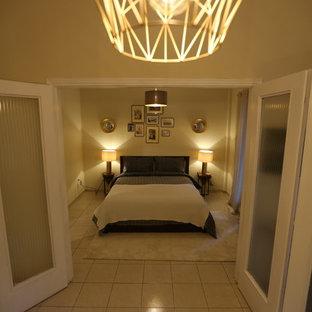 Modelo de habitación de invitados moderna, pequeña, con paredes beige, suelo de baldosas de cerámica y suelo gris