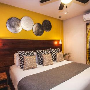 他の地域の中サイズのコンテンポラリースタイルのおしゃれな客用寝室 (黄色い壁、セラミックタイルの床、ベージュの床)