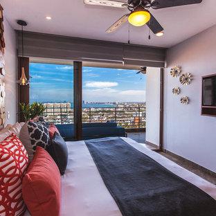 Ejemplo de dormitorio principal, contemporáneo, de tamaño medio, con paredes grises, suelo de baldosas de cerámica y suelo beige