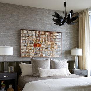 Diseño de dormitorio principal, tradicional renovado, pequeño, con paredes multicolor, suelo de madera oscura y suelo marrón
