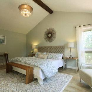 Diseño de dormitorio principal, rural, grande, con paredes verdes y suelo vinílico