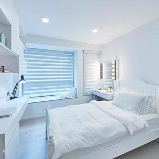 Immagine di una camera matrimoniale contemporanea di medie dimensioni con pareti bianche e pavimento in compensato