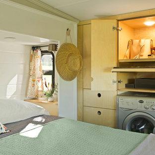 Diseño de dormitorio principal, bohemio, pequeño, con paredes blancas y suelo de madera clara
