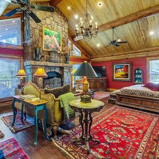 Diseño de dormitorio principal, tradicional, con paredes rojas y chimenea tradicional