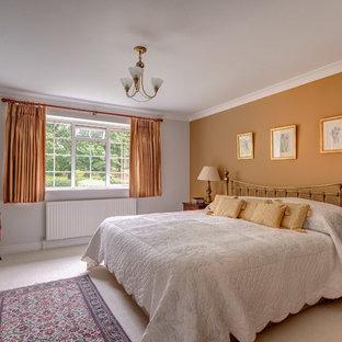 デヴォンのトラディショナルスタイルのおしゃれな寝室 (オレンジの壁、カーペット敷き) のインテリア