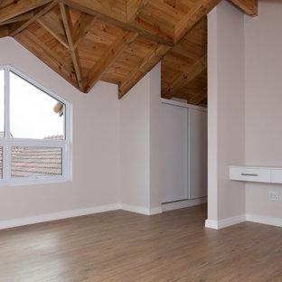 Ejemplo de dormitorio tipo loft, escandinavo, pequeño, con paredes grises, suelo vinílico y suelo marrón