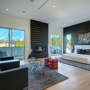 ロサンゼルスのコンテンポラリースタイルのおしゃれな寝室 (白い壁、淡色無垢フローリング、横長型暖炉、金属の暖炉まわり) のレイアウト