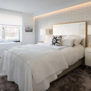 Diseño de dormitorio principal, contemporáneo, pequeño, con paredes blancas, suelo de madera oscura y suelo negro