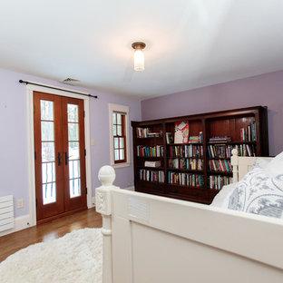 Foto di una grande camera degli ospiti classica con pareti viola, parquet scuro, camino classico e cornice del camino in legno