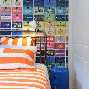 シドニーの中サイズのコンテンポラリースタイルのおしゃれな寝室 (マルチカラーの壁、無垢フローリング、茶色い床) のインテリア