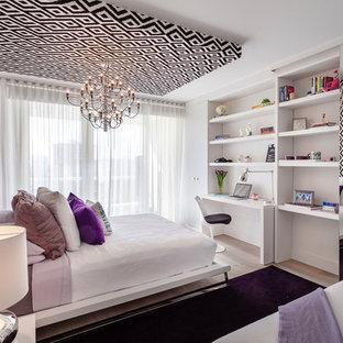 Imagen de habitación de invitados actual, de tamaño medio, con paredes blancas y suelo de madera clara