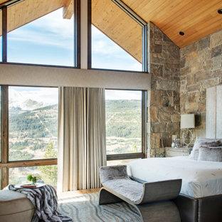 Uriges Hauptschlafzimmer mit gewölbter Decke und Holzdecke in Sonstige