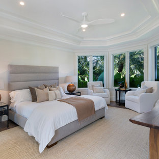 Imagen de habitación de invitados marinera, de tamaño medio, sin chimenea, con paredes beige, suelo de madera en tonos medios y suelo marrón