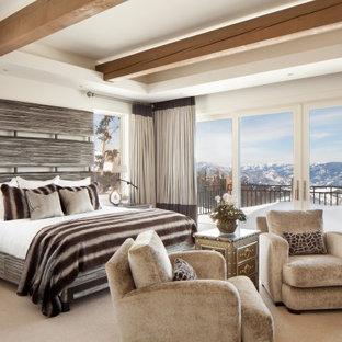 Inspiration pour une chambre avec moquette minimaliste avec un mur blanc, un sol beige, un plafond en poutres apparentes et un plafond décaissé.