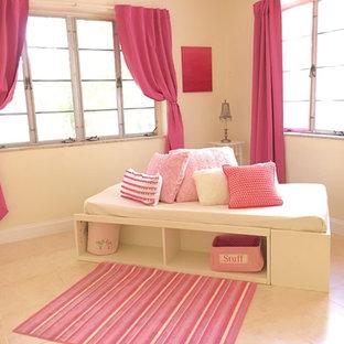 Ejemplo de dormitorio clásico renovado, de tamaño medio, sin chimenea, con paredes beige y suelo de travertino