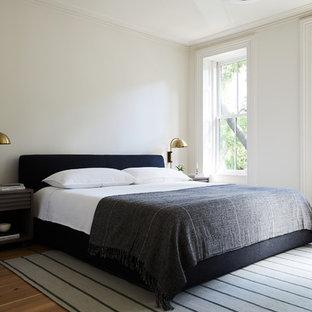 ニューヨークのトランジショナルスタイルのおしゃれな主寝室 (白い壁、淡色無垢フローリング) のレイアウト