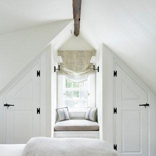 Inspiration pour une chambre marine avec un mur blanc et un sol en bois foncé.