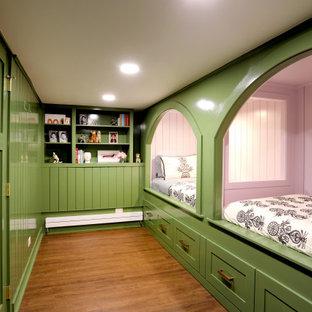 Ispirazione per una camera da letto tradizionale con pareti verdi, pavimento in laminato, pavimento marrone e pareti in perlinato