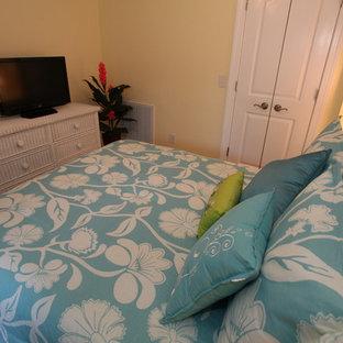 ウィルミントンの小さいトロピカルスタイルのおしゃれな客用寝室 (黄色い壁、竹フローリング、暖炉なし) のレイアウト