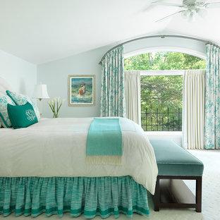 Modelo de dormitorio principal, tradicional, grande, con moqueta, paredes verdes y suelo verde