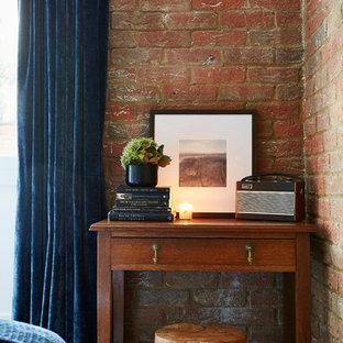 Foto di una camera degli ospiti design con pareti in mattoni