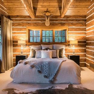 Diseño de dormitorio principal, rural, de tamaño medio, con paredes marrones, moqueta y suelo blanco