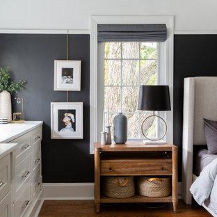 Foto på ett vintage sovrum, med svarta väggar, mellanmörkt trägolv och brunt golv