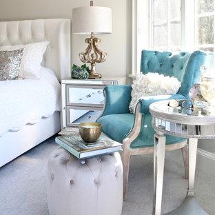 Immagine di una camera matrimoniale shabby-chic style di medie dimensioni con pareti bianche, moquette e pavimento bianco